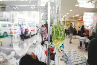 健保局編列3億多元預算,希望鼓勵大醫院適時「消化」患者,縮短病人留置於急診室的時...
