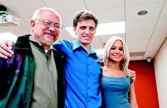 創下美國首例活體回收腎臟捐贈紀錄的三人,左起分別為67歲的戈梅茲、27歲的費爾英...