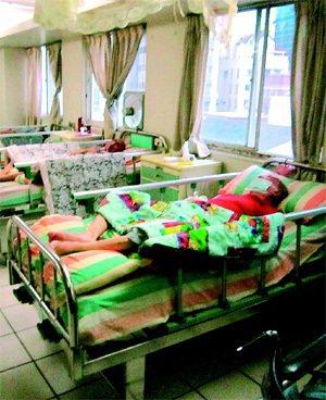 有家屬投訴指台中市的護理之家強迫晚餐後就寢,還因導尿造成尿道發炎,院方澄清讓老人...