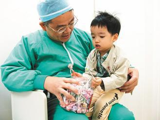 署豐醫院麻醉科李育豪醫師,利用棒棒糖妙招,與病童建立心理契約,好讓病童可以乖乖接...