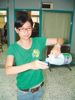 防疫人員提醒民眾,含氯漂白水才能有效防範腸病毒。圖/本報資料照片