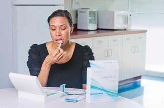 美國食品暨藥物管理局3日批准HIV病毒檢驗器OraQuick上市。圖為OraSu...