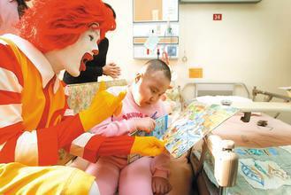 癌症重症病童遠道求醫,麥當勞叔叔之家不但提供他們免費歇腳處,麥當勞叔叔還會到病房...