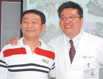 51歲凃姓病患(左)因嚴重肝硬化及腹水命危,他感謝堂弟、林新醫院胃...