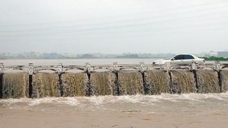 花壇鄉農田一片汪洋,水流注入大埔截水溝,形成一道道瀑布。 記者劉明岩/攝影