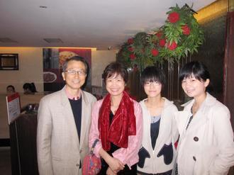韓柏檉(左起)是貼心的爸爸,和太太及兩個女兒的關係親密。 圖/韓柏檉提供