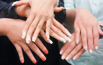 彩繪使用的人工指甲,易造成真指甲斷裂,還會導致感染。 記者張嘉芳/攝影