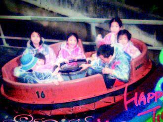 葉金龍(前右)用計程車載五個女兒到外縣市旅遊,一家到遊樂園玩,留下難忘回憶。 圖...