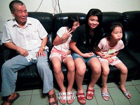 葉金龍(左起)獨自撫養老四小蓉、老三小玲和老么小婷等五名女兒,女兒們個性不同,家...