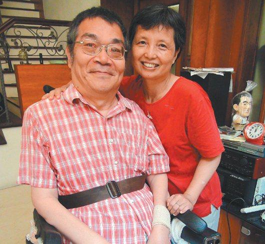 拍照時,戚禮(左)喚妻子「水某」,妻子露出燦爛笑容,兩人感情盡在不言中。 記者...