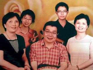 戚禮(中)與妻子(右)、妻子姐姐(左)、長女戚雅筑(左二)、兒子戚鳳元(右二),...