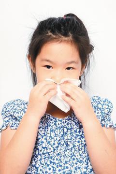 許多小朋友因為打噴嚏、流鼻水來看診,有些爸媽擔心孩子遺傳了自己的過敏性鼻炎,有些...