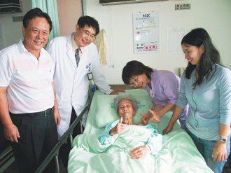 歐姓男子(左一)一年多來,每天幫臥床的媽媽清洗身上三處大傷口,並且換藥,如今傷口...
