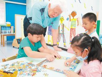 甘惠忠陪著孩子,快樂學拼圖。 記者呂筱蟬/攝影