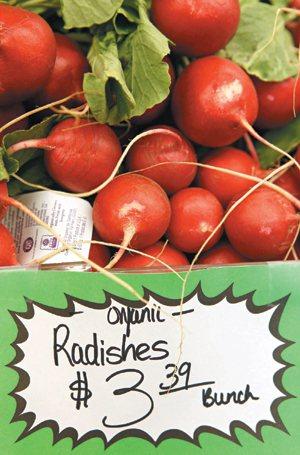 美國史丹福大學醫師研究發現,有機食物不比傳統食物健康。圖為加州超市裡的有機小蘿蔔...