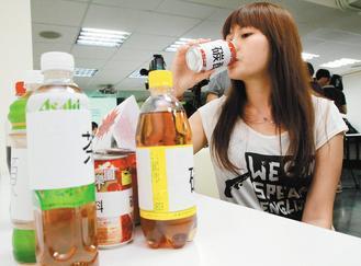 愛喝飲料的民眾要小心!如果平常把碳酸飲料當水喝,長期下來會引發胃食道逆流,甚至引...