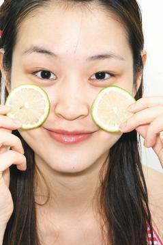 醫師提醒,愛美的女性別隨便亂用蔬果敷臉,小心因為光敏感反應,反而變成小花臉。 報...