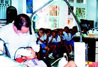 鄭俊良20年來走過許多偏遠地區義診,深入校園,偏鄉兒童看見他有如救星,不怕看牙,...