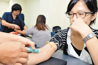 許多婦女在做例行性健康檢查時,常會抽血加做卵巢癌篩檢。但據外電報導,並沒有效果。...