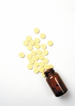 口含維他命C錠劑經唾液分解後,會產生酸性。如果經常食用,則更容易造成牙齒酸蝕。 ...