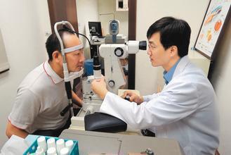 高雄榮總台南分院眼科發現,白內障已明顯年輕化,患者大增。 記者周宗禎/攝影