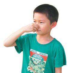 流鼻血時,應低頭朝下,甚至比圖中所示更低一些。再用手指壓住兩側鼻翼,往鼻中膈直接...