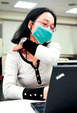 擔任業務主管的王小姐,因為業績壓力大,一進辦公室就血壓飆升。 記者邱德祥/攝影