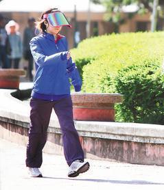 冬季運動或日曬,若戴帽或未露出臉部、手臂及手部,無法攝取足夠的維他命D,易骨鬆。...