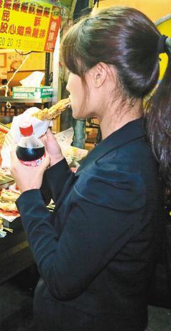 台中市一名十二歲女童(圖非本人),連續四年放學回家吃雞排配碳酸飲料,造成腎功能衰...