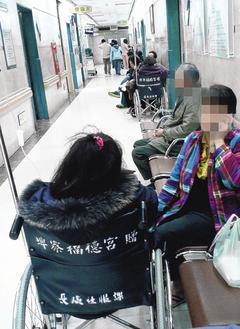 林口長庚醫院急診室的走廊上,不時有等候就診的民眾。 記者陳正興/攝影