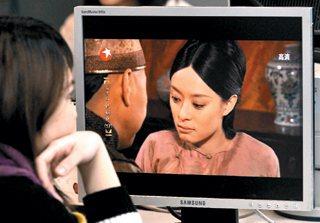 許多女性瘋迷電視劇「後宮甄嬛傳」,眼科醫師表示,緊盯3C產品的螢幕輻射,可能造成...