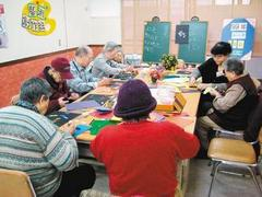 動腦防失智台灣失智症協會瑞智學堂藝術創作班,有各項課程讓失智患者打發時間...