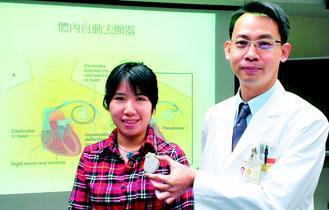 醫師謝育整(右)說明,體內自動去顫器裝設位置,位於人體左胸、鎖骨正下方。 記者趙...