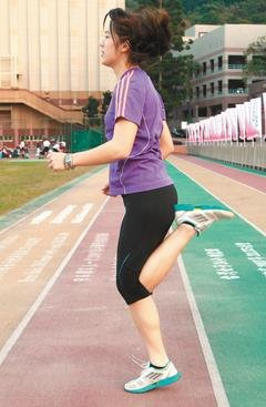 伸腿往後踢,盡量踢到臀部。記者徐兆玄/攝影