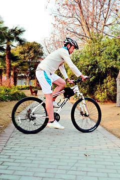 車座太高,腳踏板在6點鐘方位(底部)時,腿會伸得太直,膝關節處於緊繃狀態。 圖/...