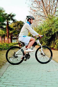 車座太矮,當腳踏板在12點鐘方位(頂部)時,膝關節會彎曲得很緊。 圖/林傑凱物理...