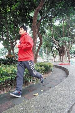運動有益健康,但如果暖身不足,小心反而造成腳的肌腱斷裂。記者陳立凱/攝影