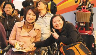 罕病病友李淑惠(右)在新書發表會上,與同樣是罕病的立委楊玉欣(左)合影。 圖∕張...
