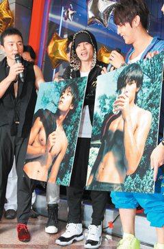 周杰倫的健美腹肌也常成為話題,圖為他去年6月拿著出道時好身材照片參加好友劉田井宏...