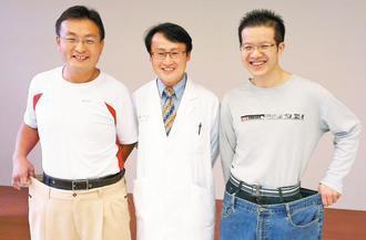 電腦工程師楊朝凱(右)拉著減重前近百公斤穿著的牛仔褲,和如今腰圍相比,明顯瘦了一...