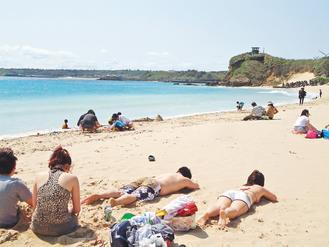 過度防曬,恐阻止人體合成維生素D,影響鈣質吸收。每天至少應曬10分鐘的陽光。 報...