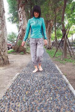 民眾瘋腳底按摩,不少人喜歡走健康步道,醫師提醒,剛開始走健康步道最好穿功夫鞋、襪...