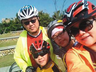 陳保仁(左)改變生活態度後,假日一定和家人騎單車,享受親情也同時運動。 圖/陳保...