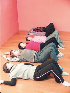 躺在地板上,背部緊貼地面,弓起小腿,臀部夾緊,小腿伸直拱起重複15次,可有效改善...