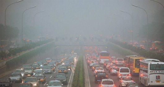 北京的霾害程度嚴重,不僅是影響交通安全,大陸專家警告,它對健康的危害比SARS還...