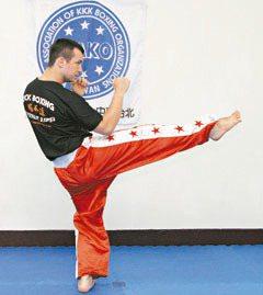 2.前踢 低踢後,另一腳緊接著是前踢。主要出腿的部位,約在對手的腹部左右,結合低...