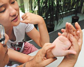 命運掌握在醫師手中?繼南韓之後,針對掌紋的醫學美容也在日本逐漸流行。 記者楊光昇...