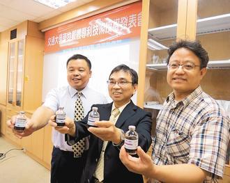 陳三元教授(中)帶領團隊成功開發出新劑型抗癌藥物磁性載體。 記者張念慈/攝影