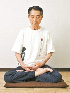 陳武雄做完八式動禪後,會接著打坐、調節呼吸,慢慢「收功」。他說,修禪運動的過程中...