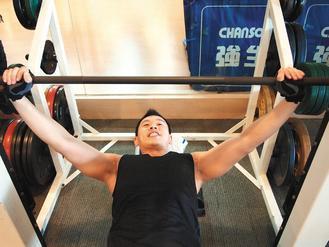 練習重量訓練,小心別練出疝氣來!醫師提醒,做重訓健身時,如果覺得下腹部鼓起、隱隱...
